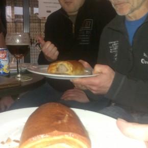 Alles wat nodig is na een goei match... een worstenbroodje en een klein donkerke